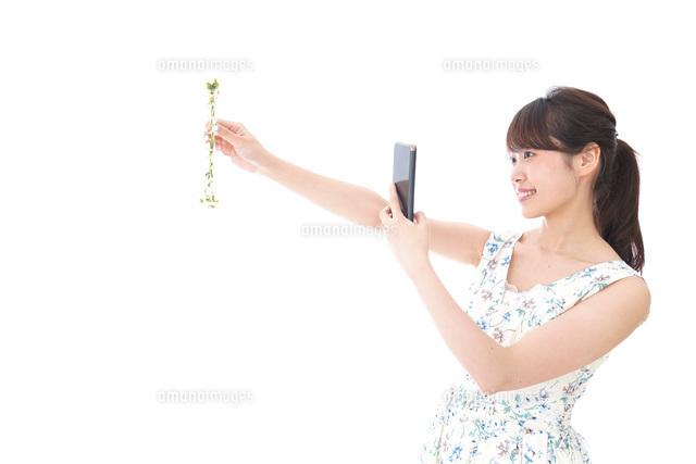 フリマサイト・フリマアプリに出品する女性の写真素材 [FYI04709174]
