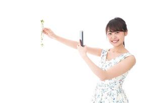 フリマサイト・フリマアプリに出品する女性の写真素材 [FYI04709175]