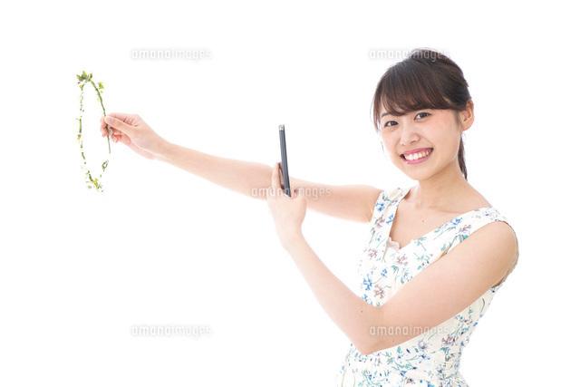 フリマサイト・フリマアプリに出品する女性の写真素材 [FYI04709176]
