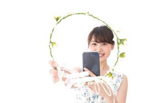 フリマサイト・フリマアプリに出品する女性の写真素材 [FYI04709178]