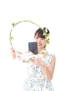 フリマサイト・フリマアプリに出品する女性の写真素材 [FYI04709181]