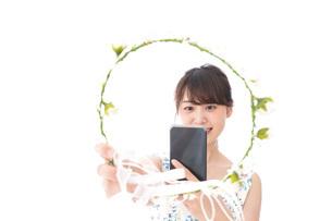 フリマサイト・フリマアプリに出品する女性の写真素材 [FYI04709182]