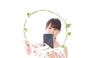 フリマサイト・フリマアプリに出品する女性の写真素材 [FYI04709184]