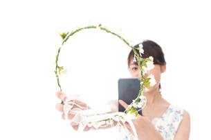 フリマサイト・フリマアプリに出品する女性の写真素材 [FYI04709185]