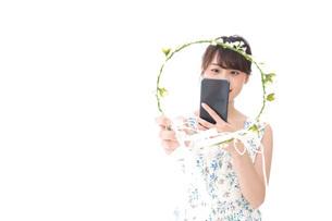フリマサイト・フリマアプリに出品する女性の写真素材 [FYI04709186]