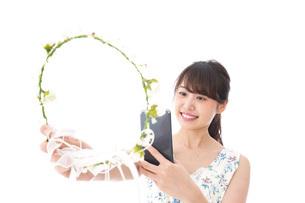 フリマサイト・フリマアプリに出品する女性の写真素材 [FYI04709187]