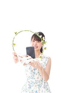 フリマサイト・フリマアプリに出品する女性の写真素材 [FYI04709193]