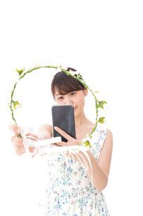 フリマサイト・フリマアプリに出品する女性の写真素材 [FYI04709194]