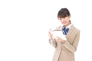 読書をする制服姿の学生の写真素材 [FYI04709495]