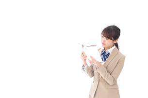 読書をする制服姿の学生の写真素材 [FYI04709507]