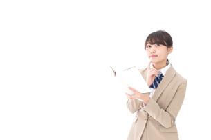 読書をする制服姿の学生の写真素材 [FYI04709513]