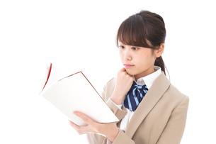 読書をする制服姿の学生の写真素材 [FYI04709516]