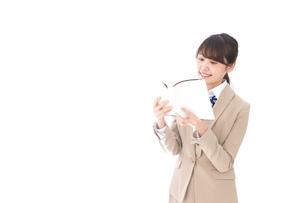 読書をする制服姿の学生の写真素材 [FYI04709518]