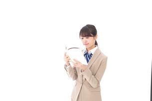 読書をする制服姿の学生の写真素材 [FYI04709522]