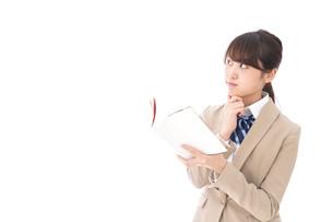 読書をする制服姿の学生の写真素材 [FYI04709533]