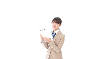 読書をする制服姿の学生の写真素材 [FYI04709537]