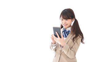 スマホアプリを使う制服姿の学生の写真素材 [FYI04709586]
