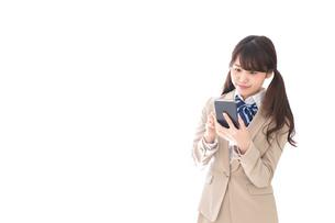 スマホアプリを使う制服姿の学生の写真素材 [FYI04709588]