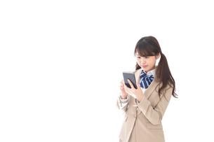 スマホアプリを使う制服姿の学生の写真素材 [FYI04709590]
