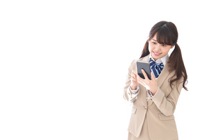 スマホアプリを使う制服姿の学生の写真素材 [FYI04709591]