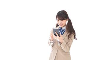 スマホアプリを使う制服姿の学生の写真素材 [FYI04709594]