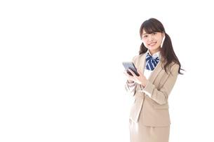 スマホアプリを使う制服姿の学生の写真素材 [FYI04709596]