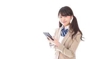 スマホアプリを使う制服姿の学生の写真素材 [FYI04709598]