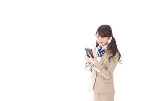 スマホアプリを使う制服姿の学生の写真素材 [FYI04709602]