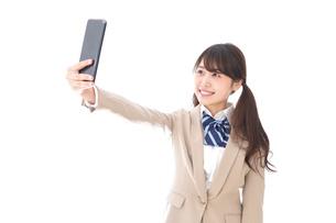 自撮りをする制服姿の学生の写真素材 [FYI04709605]