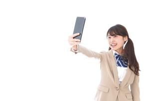 自撮りをする制服姿の学生の写真素材 [FYI04709618]