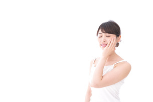 ビューティーケアをする若い女性の写真素材 [FYI04709797]