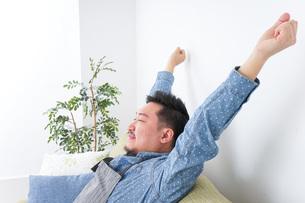 伸びをする男性の写真素材 [FYI04709822]