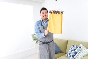 洗濯をする男性の写真素材 [FYI04709828]