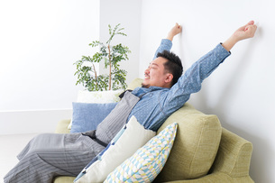 伸びをする男性の写真素材 [FYI04709833]