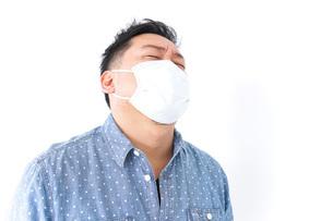 風邪をひいた男性の写真素材 [FYI04709856]