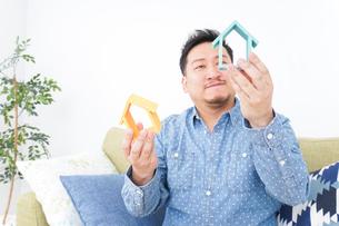 不動産の比較をする男性の写真素材 [FYI04710061]