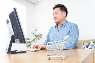 ネットショッピングする男性の写真素材 [FYI04710062]