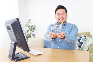 ネットショッピングする男性の写真素材 [FYI04710066]