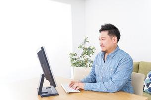 ネットショッピングする男性の写真素材 [FYI04710070]