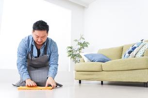 家事をする男性の写真素材 [FYI04710082]