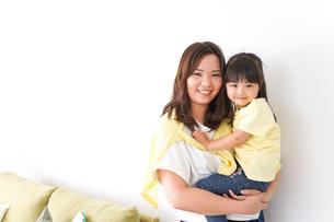 子どもを抱っこするお母さんの写真素材 [FYI04710185]