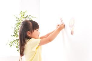 シールを貼る子どもの写真素材 [FYI04710188]