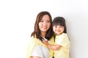 子どもを抱っこするお母さんの写真素材 [FYI04710192]