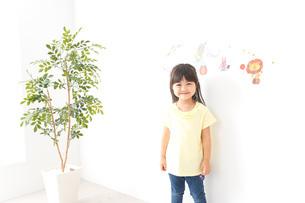 シールを貼る子どもの写真素材 [FYI04710205]