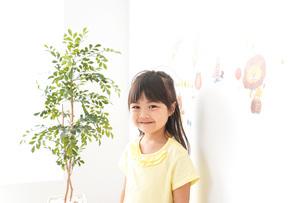 シールを貼る子どもの写真素材 [FYI04710209]