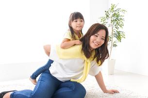 おかあさんと子どもの写真素材 [FYI04710226]