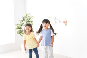 友達と遊ぶ女の子の写真素材 [FYI04710241]