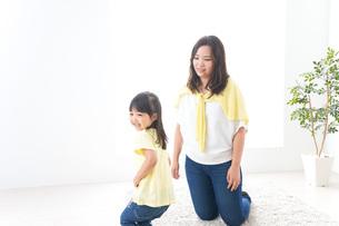 お母さんと子どもの写真素材 [FYI04710242]