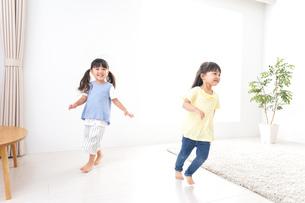 友達と遊ぶ女の子の写真素材 [FYI04710244]