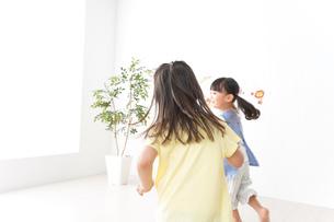友達と遊ぶ女の子の写真素材 [FYI04710247]